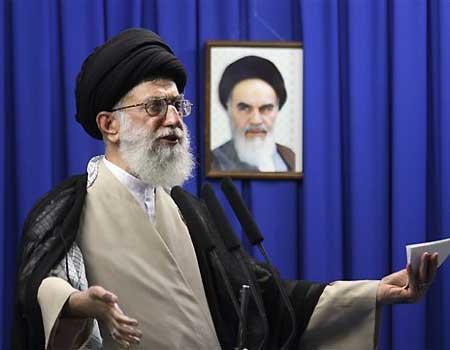 Ayatollah Khamenei standing in front of Ayatollah Khomeini